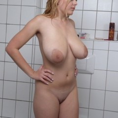 Girl with Housewife with Saggy Tits Playing with Her Neighbour